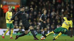 Penyerang Chelsea, Alvaro Morata (kiri) berebut bola dengan pemain Norwich City, Alexander Tettey pada laga Piala FA di Carrow Road, Norwich, (6/1/2018). Chelsea bermain imbang 0-0 dengan Norwich. (AFP/Adrian Dennis)