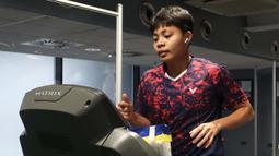 Pebulutangkis ganda putri Indonesia, Apriyani Rahayu berlatih ringan di gym Hotel Crowne Plaza Birmingham City Centre, Inggris, Senin (15/3/2021) menjelang berlangsungnya Turnamen All England 2021. (Dok. PBSI)