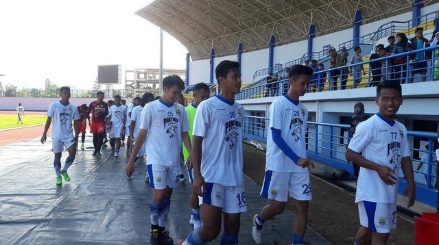 Persib U-19 saat latihan. (Bola.com/Erwin Snaz)