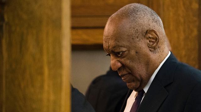 Ekspresi Bill Cosby saat berjalan di Pengadilan Montgomery  di Norristown, (6/6). Cosby menjalani sidang kasus pelecehan seksual dimana 50 wanita menuduh aktor dan Komedian ini melakukan kekerasan seksual. (AP Photo/Matt Rourke, Pool)