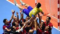 Para pemain Iran mengangkat bintang Brasil, Falcao, yang memutuskan pensiun dari ajang internasional. (AFP/Guillermo Legaria)
