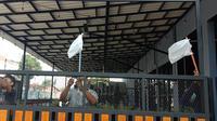 Pengusaha Caffe Kibarkan Bendera Putih Dari Plastik. (Jumat, 30/07/2021). (Liputan6.com/Yandhi Deslatama).