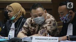 Terdakwa kasus dugaan korupsi di PT Asuransi Jiwasraya dari kalangan pengusaha, Joko Hartono Tirto (tengah) saat menjalani sidang lanjutan di Pengadilan Tipikor Jakarta, Senin (6/7/2020). Sidang mendengar keterangan saksi. (Liputan6.com/Helmi Fithriansyah)