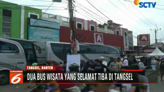 Kedatangan dua bus rombongan yang selamat dari kecelakaan maut Tanjakan Emen di Subang, Jawa Barat ini disambut haru oleh keluarga.