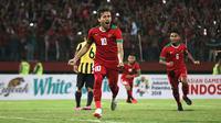 Egy Maulana Vikri mencetak satu gol saat Timnas Indonesia U-19 disingkirkan Malaysia lewat adu penalti pada semifinal Piala AFF U-19 2018 di Stadion Gelora Delta Sidoarjo, Kamis (12/7/2018). (Bola.com/Aditya Wany)
