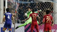 Gol Thailand ke gawang Timnas Indonesia yang dijaga Awan Setho di penyisihan Grup B Piala AFF 2018 di Stadion Rajamangala, Bangkok, Sabtu (17/11/2018). (Bola.com/Muhammad Iqbal Ichsan)