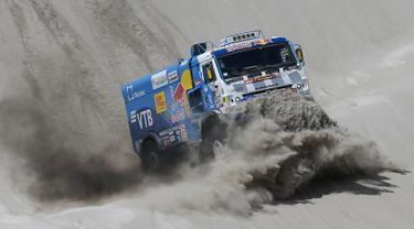 Pembalap Airat Mardeev dan rekannya Aydar Belyaev dari Rusia mengendalikan truk Kamaz mereka pada tahap 11 Reli Dakar 2018 antara Belen dan Chilecito / Fiambala, Argentina, (17/1). (AP Photo / Ricardo Mazalan)