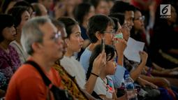 Jemaat menyaksikan drama penyaliban Yesus (tablo) saat ibadah Jumat Agung di Gereja Katedral, Jakarta, Jumat (17/4). Kegiatan tesebut merupakan rangkaian dari pekan suci perayaan Paskah 2019 Paroki Katedral Jakarta yang mengambil tema 'Kita Berhikmat, Bangsa Bermartabat'. (Liputan6.com/Faizal Fanani