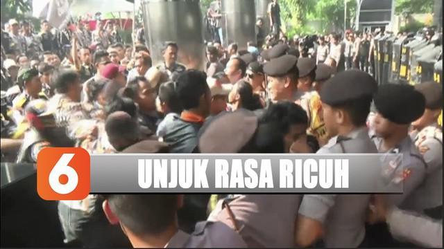 Sejak awal aksi unjuk rasa ratusan massa sudah berlangsung panas. Lewat pengeras suara, mereka mendesak pimpinan KPK turun menemui pengunjuk rasa di halaman Gedung KPK.