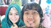 Potret kemesraan terakhir Ade Jigo dan istri yang diunggah Meyuza sebelum jadi korban tsunami Selat Sunda di Tanjung Lesung, Banten. (dok. Instagram @meucha/https://www.instagram.com/p/BrZZYxOA7gp/Dinny Mutiah