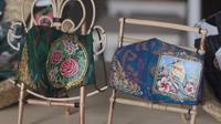 Masker lukis yang diproduksi oleh butik kain tenun endek Bali milik Agung Indra Dwipayani. Masker ini sudah terjual ke 50 negara. (Foto: Liputan6.com).