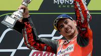 Pembalap Spanyol dari tim Ducati, Jorge Lorenzo mengangkat tropi usai memenangkan balapan MotoGP Catalunya di Sirkuit Catalunya di Montmelo, (17/6). (AFP PHOTO / Josep Lago)