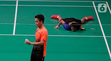 Tunggal putra Indonesia, Anthony Ginting, memegang kok saat melawan Soong Joo Ven pada final beregu SEA Games 2019 di Multinlupa Sport Center, Filipina, Rabu (4/12/2019). Ginting menang 13-21, 21-15, dan 21-18. (Bola.com/M Iqbal Ichsan)