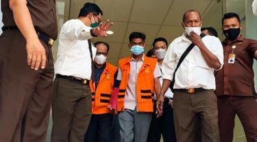 Petugas Kejati Riau menggiring dua tersangka perusakan turap danau tajwid untuk dibawa ke penjara.