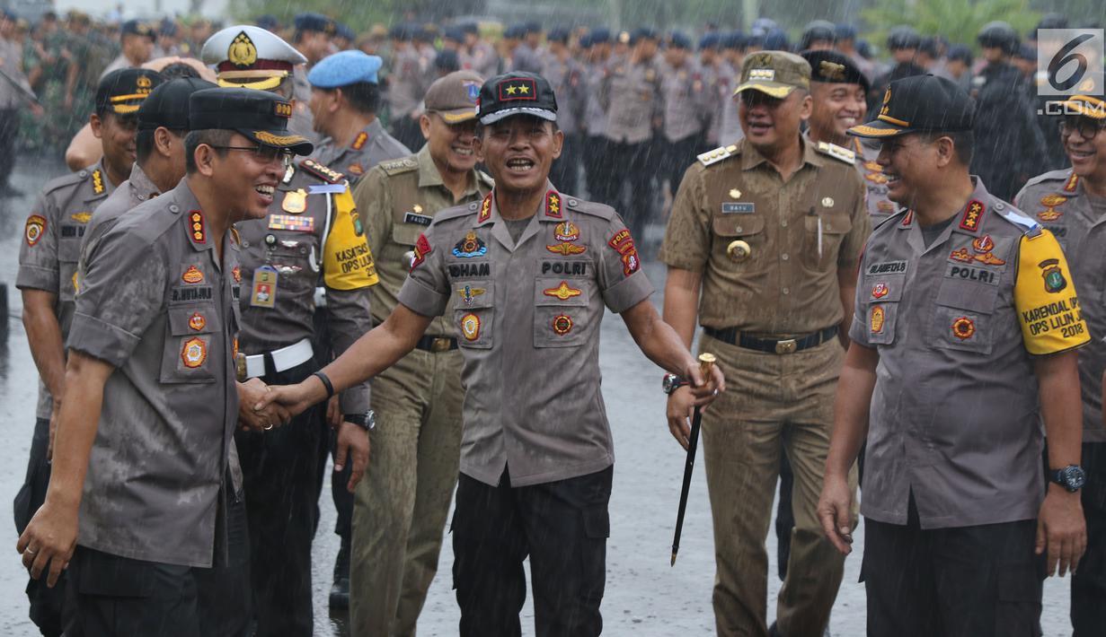 Kapolda Metro Jaya, Irjen Pol Idham Azis (tengah) usai memimpin apel kesiapan pengamanan malam pergantian tahun di kawasan Silang Monas, Jakarta, Senin (31/12). Apel diikuti semua unsur pengamanan. (Liputan6.com/Helmi Fithriansyah)