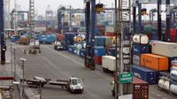 Suasana aktivitas di Terminal Peti Kemas (TPK) Koja, Pelabuhan Tanjung Priok, Jakarta, Selasa (25/10). Manajemen TPK terus meningkatkan produktivitas guna memastikan kegiataan arus barang berjalan lancar di pelabuhan. (Liputan6.com/TPK Koja)