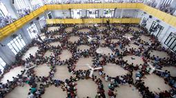 Ratusan santri berkumpul membentuk lingkaran saat tadarus massal awal Ramadan 1440 H di Pesantren Ar-Raudhatul Hasanah, Medan, Sumatera Utara pada 6 Mei 2019. Tadarus yang diikuti sedikitnya 3.200 santri tersebut merupakan kegiatan rutin selama bulan Ramadan di pesantren itu. (AP/Binsar Bakkara)