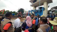 Menko PMK Muhadjir Effendy dan Kepala BNPB Doni Monardo menyambangi Pintu Air Manggarai, Jakarta Selatan. (Liputan6.com/Yopi Makdori)