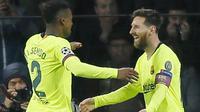 Striker Barcelona, Lionel Messi, bersama Nelson Semedo merayakan gol ke gawang PSV Eindhoven pada laga Liga Champions di Stadion Philips, Rabu (28/11). Barcelona menang 2-1 atas PSV Eindhoven. (AP/Peter Dejong)