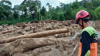 Material lumpur banjir bandang menutupi jalan akses menuju kampung Jorong Sapan Salak, Nagari Pakan Rabaa Timur, Solok Selatan Sumbar. (Liputan6.com/ Novia Harlina)