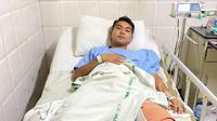 Gelandang Persik Kediri, Galih Akbar Febrian, saat menjalani perawatan pasca operasi ACL di RS Al Irsyad, Surabaya. (Bola.com/Gatot Susetyo)