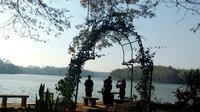 Satu keluarga menikmati suasana pagi hari di Bendungan Lahor, Karangkates di Kabupaten Malang (Liputan6.com/Zainul Arifin)