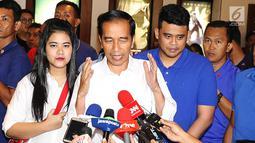 Presiden Joko Widodo bersama putrinya, Kahiyang Ayu dan menantunya Boby Nasution usai menonton film Dilan 1990 di Senayan City, Jakarta, Minggu, (25/2). Film ini merupakan karya Fajar Bustomi yang diangkat dari novel Pidi Baiq. (Liputan6.com/Angga Yuniar)