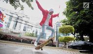 Skateboarder Indonesia Nyimas Bunga menunjukkan keterampilannya bermain skateboard saat berkunjung ke kantor KLY, Jakarta, Jumat (7/9). Gadis 12 tahun ini merupakan peraih medali perunggu di ajang Asian Games 2018. (Liputan6.com/Faizal Fanani)