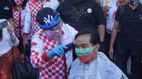 Gibran Rakabuming Raka ikut potong rambut gratis di Pasar Gede Solo, Sabtu (12/9).(Liputan6.com/Fajar Abrori)
