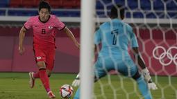 Lee Kang-in. Gelandang serang Korea Selatan berusia 20 tahun yang telah memperkuat Valencia di LaLiga selama 3 musim ini telah mencetak 3 gol di Olimpiade Tokyo 2020. Dua gol dicetaknya saat mengalahkan Rumania 4-0, dan 1 gol saat menang 6-0 atas Honduras. (Foto: AP/Kiichiro Sato)