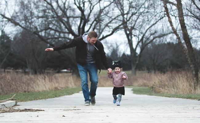 Ayah yang dekat dengan anak bisa membuat tumbuh kembang anak jadi lebih baik/copyright pexels.com/Josh Willink