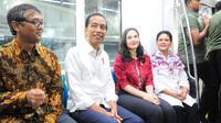 Presiden Joko Widodo didampingi Ibu Negara Iriana Widodo dan Artis Chelsea Islan saat menjajal Mass Rapid Transit (MRT) di Jakarta, Kamis (21/3). (Liputan6.com/Angga Yuniar)