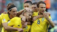 Para pemain Swedia merayakan gol yang dicetak Emil Forsberg ke gawang Swiss pada babak 16 besar Piala Dunia di Stadion St Petersburg, St Petersburg, Selasa (3/7/2018). Swedia menang 1-0 atas Swiss. (AP/Efrem Lukatsky)