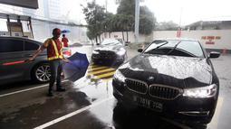 BMW 520i Luxury melintas usai flag off di SPBU Shell Gatot Subroto, Jakarta, Senin (12/3). Dalam acara BMW Driving Experience, pengendara akan menempuh jarak sejauh 900 kilometer dengan mengendarai BMW Seri 5. (Merdeka.com/Dwi Narwoko)