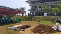 Makam almarhum ustaz Arifin Ilham di Pondok Pesantren yang berlokasi di Desa Cibadung, Kecamatan Gunung Sindur, Kabupaten Bogor. (Liputan6.com/Achmad Sudarno)