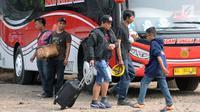 Calon penumpang menuju bus antar kota antar provinsi di Terminal Bus Bayangan Lebak Bulus, Jakarta, Sabtu (9/6). Rata-rata calon pemudik akan berangkat menuju daerah disekitar Jawa Tengah dan Jawa Timur. (Liputan6.com/Helmi Fithriansyah)