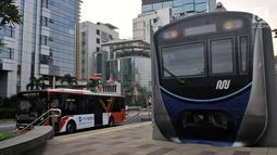 Bus Transjakarta melintas di dekat halte MRT Dukuh Atas, Jakarta, Rabu (12/6/2019). Dalam satu bulan ini terjadi peningkatan jumlah penumpang sebesar 11 persen menjadi 20,3 juta per bulan dari jumlah sebelumnya hanya mencapai 18,2 juta per bulan. (merdeka.com/Iqbal S. Nugroho)
