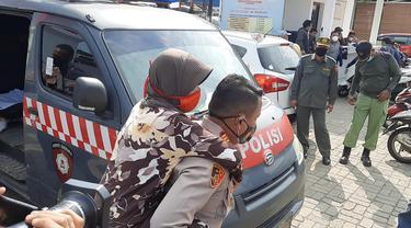 Kapolsek Tarumajaya Edy Suprayitno menggendong nenek Emah yang berusia 78 tahun ke lokasi vaksinasi Covid-19 di Bekasi.