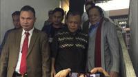 Tersangka kasus makar Eggi Sudjana saat keluar dari ruang penyidik Polda Metro Jaya. (Merdeka.com/ Muhammad Genantan Saputra)