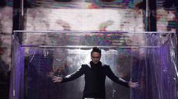 Demian saat melakukan aksi sulap dalam acara SCTV Music Awards 2018 di Studio 6 Emtek, Jakarta, Jumat (27/4). Aksi sulap dari demian berhasil membuat tegang penonton. (Liputan6.com/Faizal Fanani)