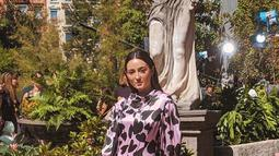 Julie Estelle terlihat mengenakan gaun keluaran Kate Spade dengan balutan gaun sutra midi dengan sentuhan motif hati. (Liputan6.com/IG/@julstelle)
