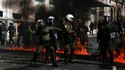 Sejumlah polisi anti huru-hara melawan aksi demonstran yang melemparkan bom api di Athena, Yunani, (12/11/2015). Demonstran melempari para polisi dengan bom api. (REUTERS/Alkis Konstantinidis)