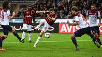 Pemain depan AC Milan, Krzysztof Piatek melakukan tendangan ke arah gawang Bologna dalam laga pekan ke-35 Liga Italia di San Siro, Senin (6/5/2019). AC Milan berhasil mengatasi Bologna 2-1 demi memelihara asa mereka mengamankan tiket ke Liga Champions musim depan. (Miguel MEDINA/AFP)