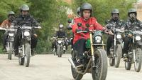 Presiden Jokowi menaiki motor menjajal jalan perbatasan trans-Kalimantan di Kecamatan Krayan, Kabupaten Nunukan, Provinsi Kalimantan Utara, Kamis (19/12/2019).  (foto: biro pers setpres)