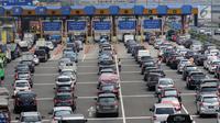 Sejumlah kendaraan antre di pintu tol Cibubur Utama, Jakarta, Rabu (6/9). PT Jasa Marga akan melakukan perubahan sistem transaksi jalan tol Jagorawi, perubahan ini akan diberlakukan pada 8 Sptember 2017 pukul 00.00 WIB. (Liputan6.com/Helmi Fithriansyah)