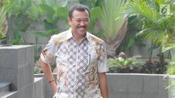 Pengacara dan juga Politisi Partai Golkar Rudi Alfonso tersenyum saat tiba di Gedung KPK, Jakarta, Jumat (21/6/2019). Rudi Alfonso diperiksa sebagai saksi untuk tersangka Markus Nari terkait kasus korupsi pengadaan e-KTP berbasis NIK Secara Nasional. (merdeka.com/Dwi Narwoko)