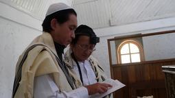 Sejumlah Yahudi Indonesia berdoa di Sinagoge Shaar Hasyamayim, Tondano, Sulawesi Utara, Senin (4/3). Sebagian besar Yahudi Indonesia tinggal di sudut terpencil Tanah Air. (Ronny Adolof Buol/AFP)