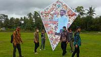 Sebanyak 50 layang-layang bermotif batik terbang tinggi memenuhi langit Desa Pagak Kabupaten Banjarnegara, Selasa (6/10/2020). (Foto: Liputan6.com/Panitia Gelatik)