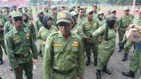 Para personel Satlinmas usai mengikuti apel siaga menghadapi Pilpres dan Pemilu 2019 di Stadion Sriwedari Solo, Selasa (2/4).(Liputan6.com/Fajar Abrori)