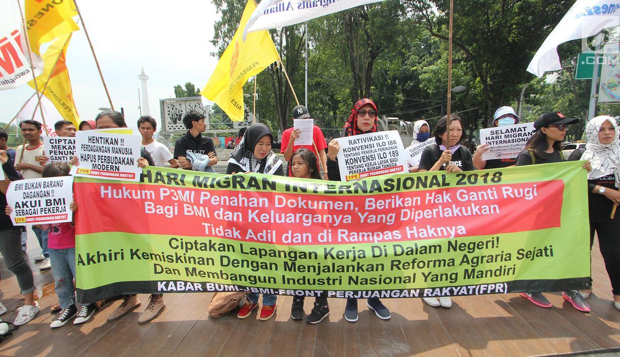 Massa dari berbagai elemen berunjuk rasa memperingati Hari Buruh Migran Internasional 2018 di depan Istana Merdeka, Jakarta (18/12). Mereka meminta pemerintah untuk memberikan jaminan lapangan pekerjaan dengan upah minimum. (Merdeka.com/Imam Buhori)